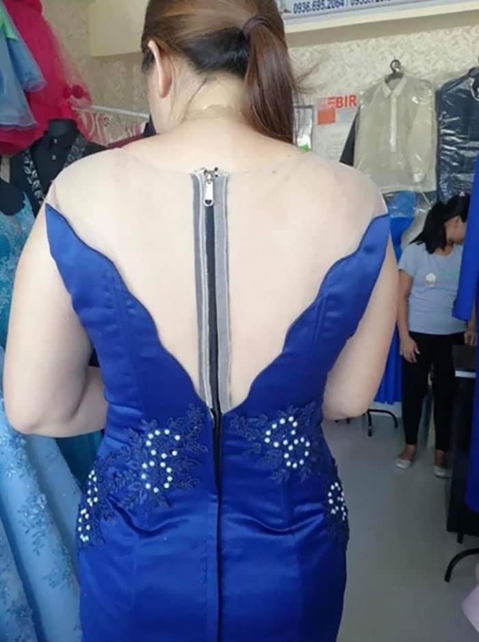 девушка в синем платье с открытой спиной