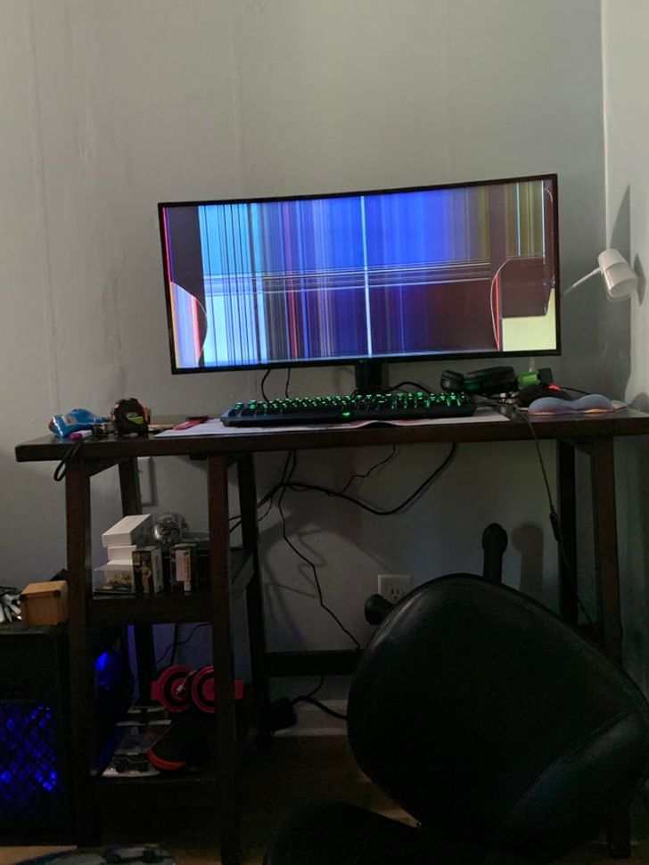 разбитый монитор на столе