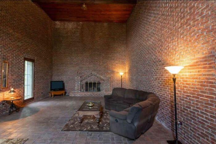 гостиная с кирпичными стенами