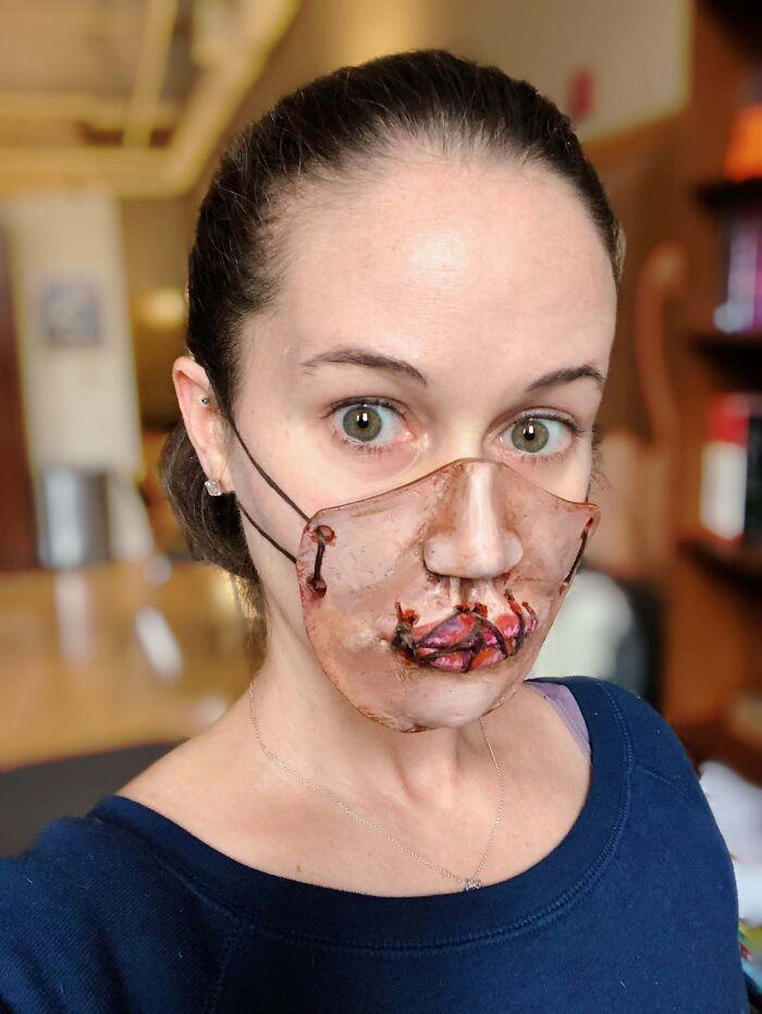 женщина в страшной маске на лице