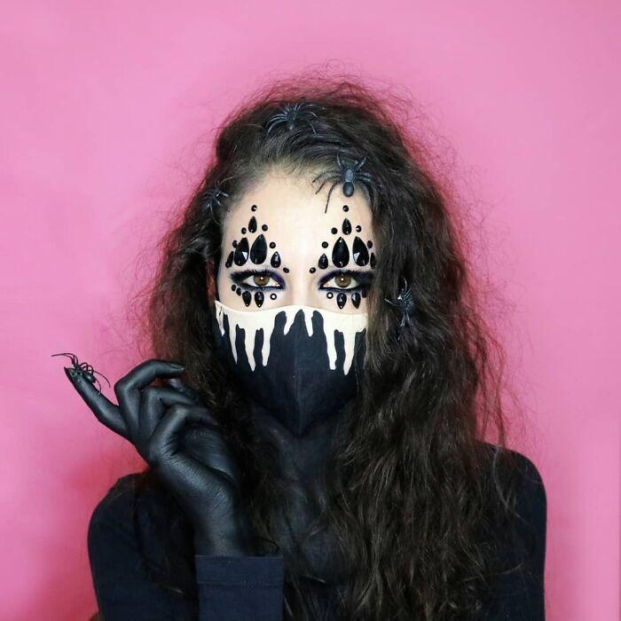 брюнетка в черной маске