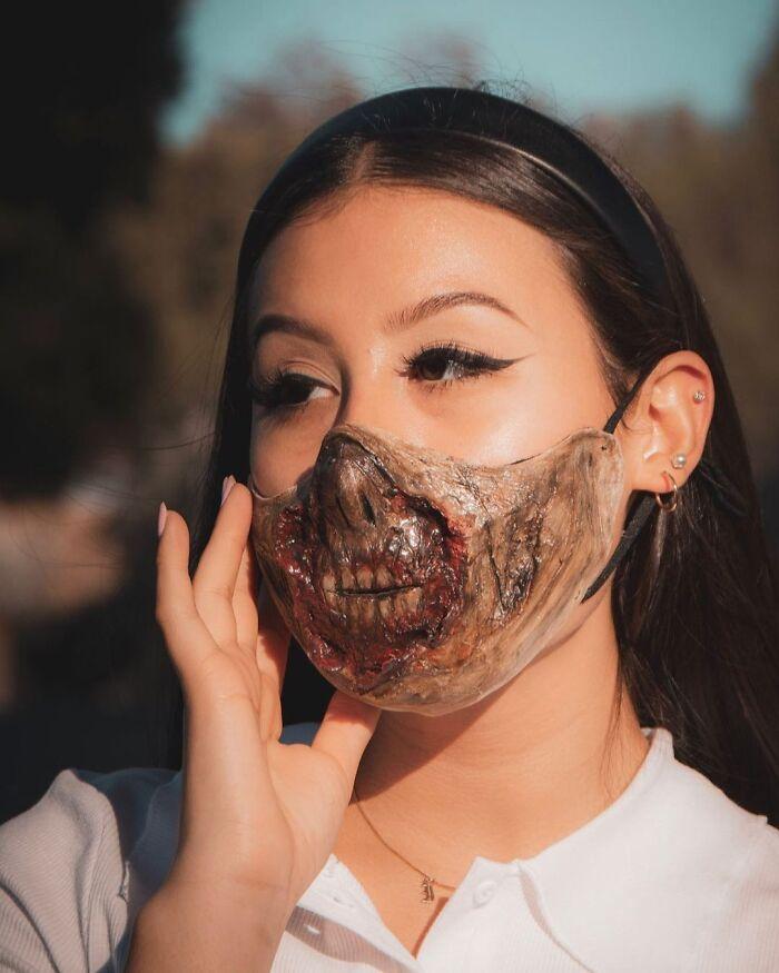 девушка-брюнетка в страшной маске