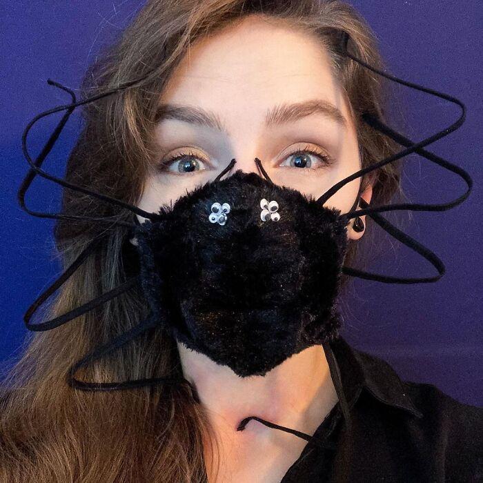 девушка в маске в виде паука