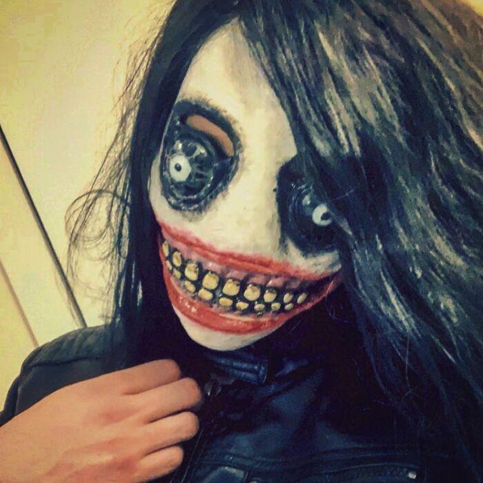 девушка в страшной маске с зубами