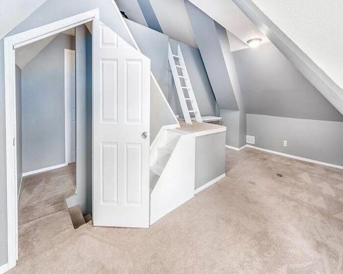 ассиметричная дверь в комнате