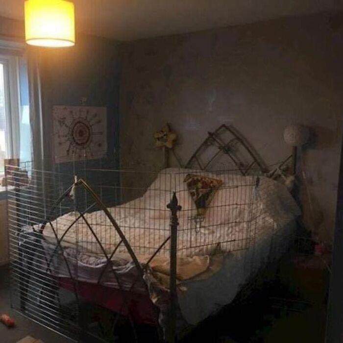кровать, огороженная сеткой