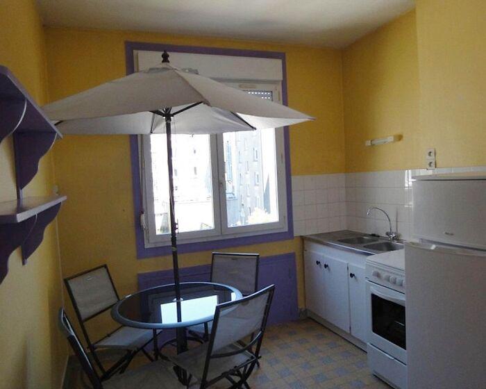 столик с зонтом в кухне
