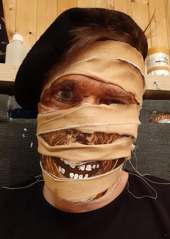 парень в маске мумии