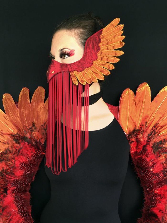 женщина в маске птицы феникса