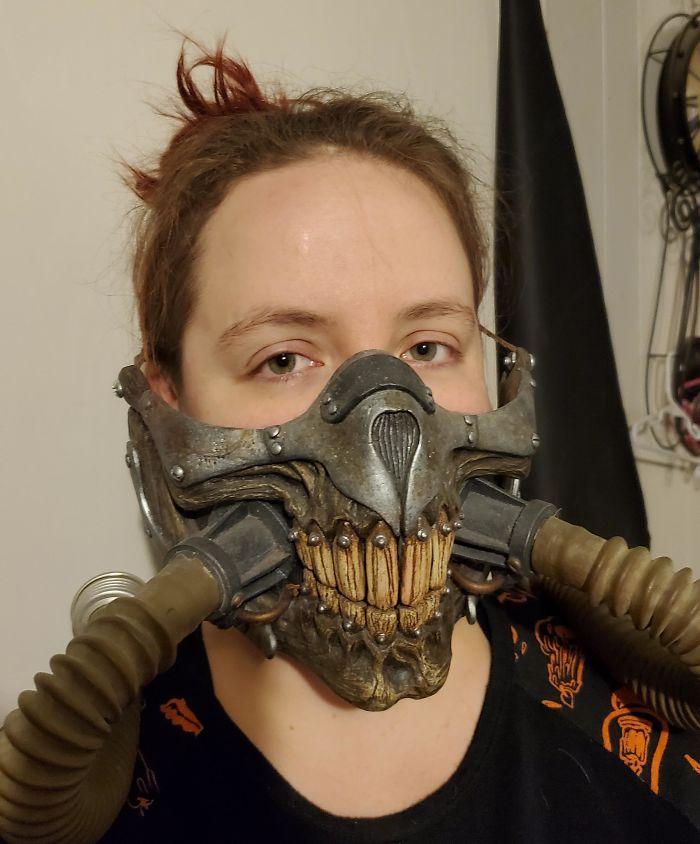 """девушка в маске из фильма """"безумный макс"""""""