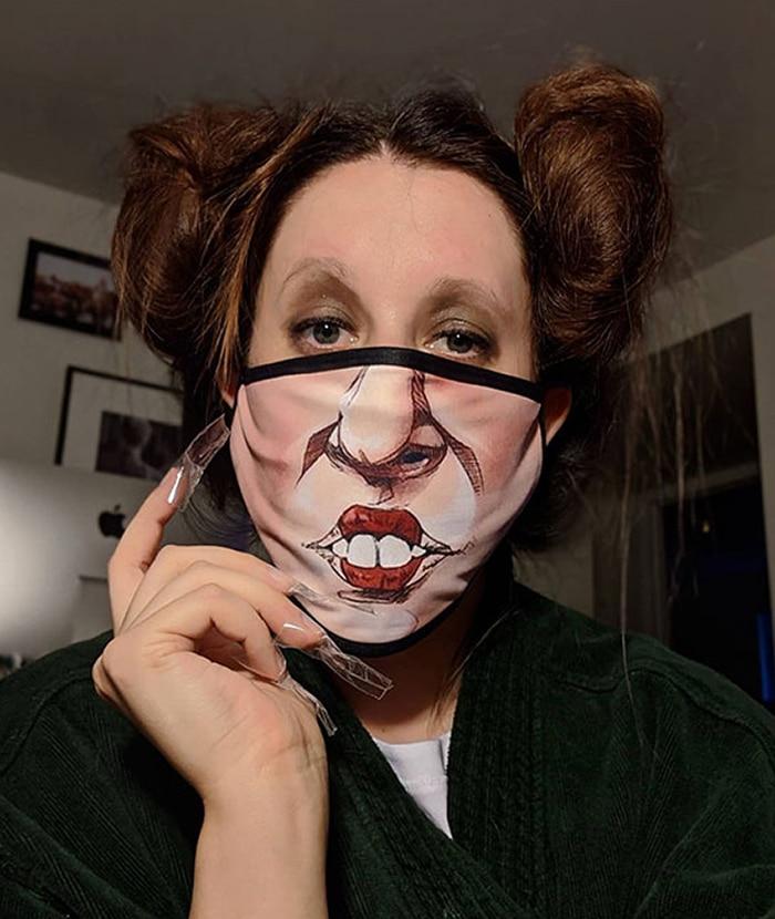 женщина в маске с рисунком лица