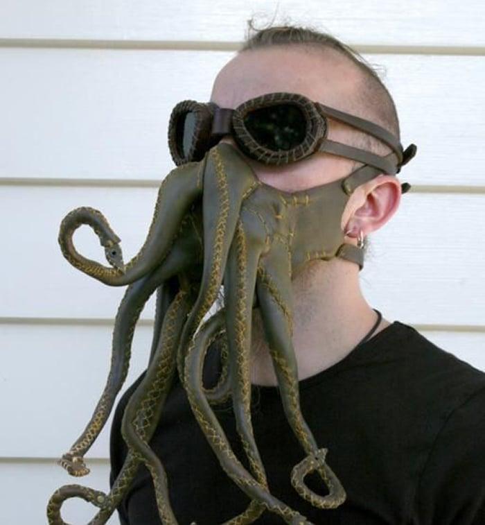 маска в виде щупалец осьминога