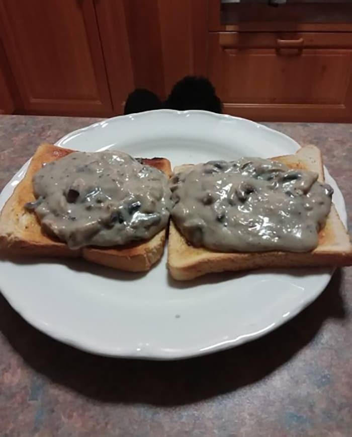 два бутерброда на тарелке