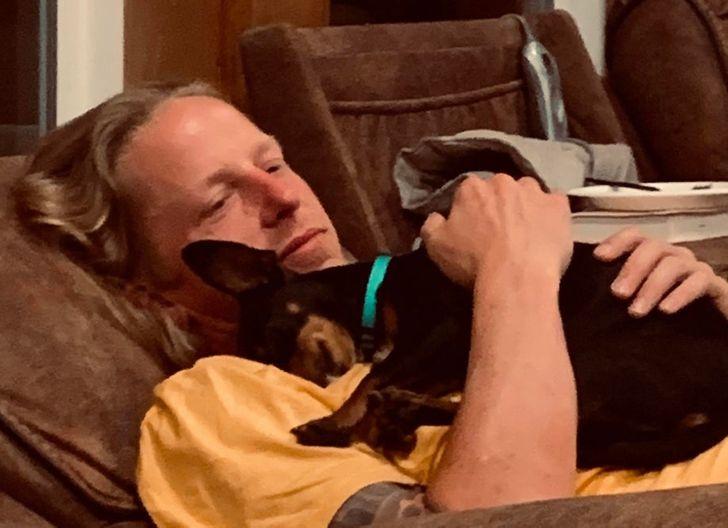 собака спит на плече у парня
