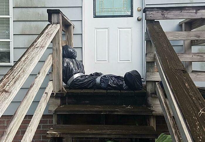 муляж трупа из мусорных пакетов на ступеньках