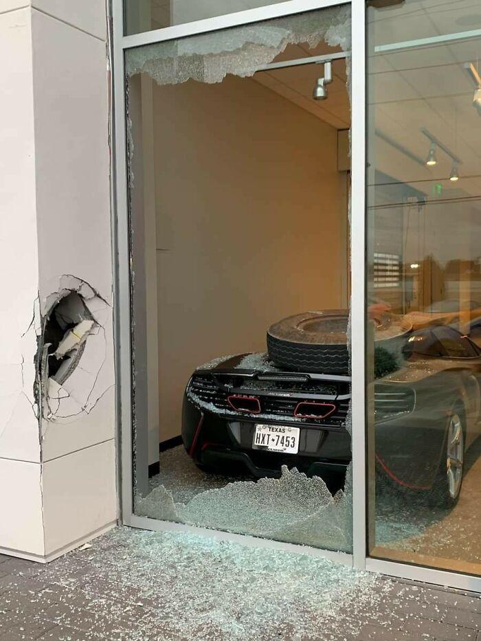 машина за разбитой витриной