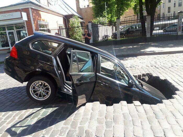 черная машина провалилась в яму