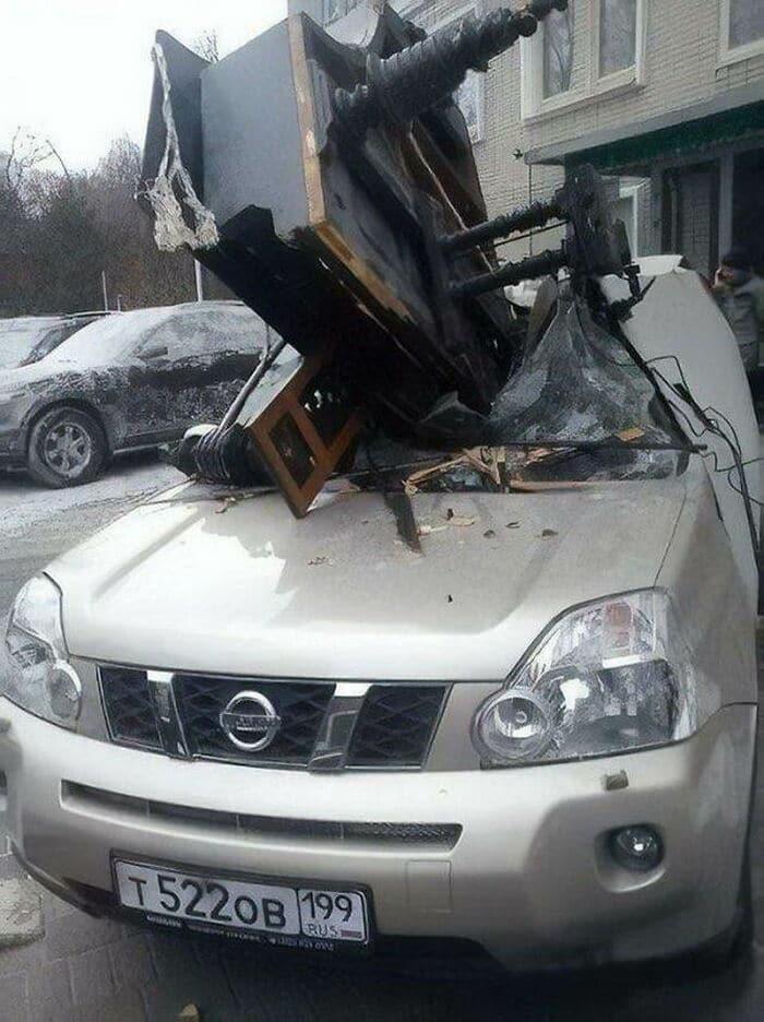 рояль упал на крышу авто