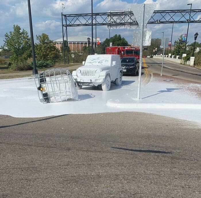 машина облитая белой краской на дороге