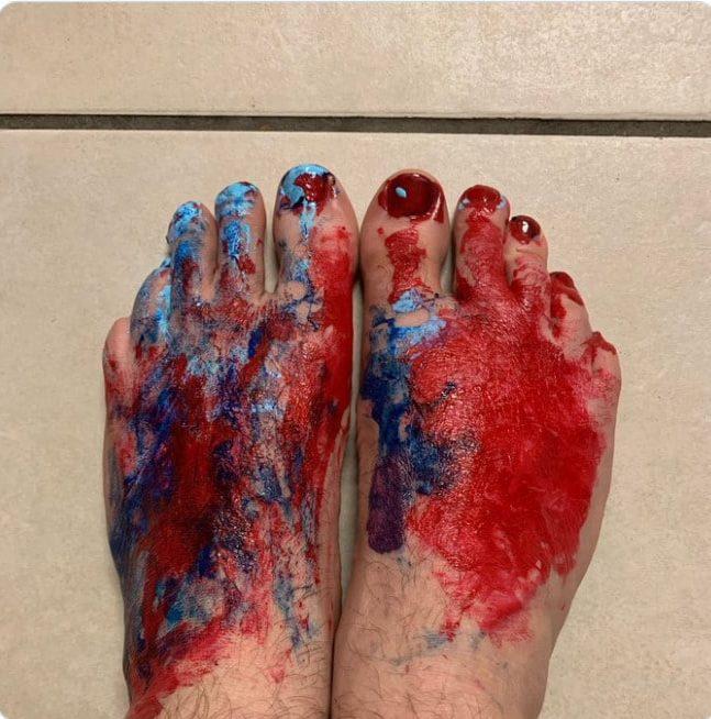 ноги в красном лаке для ногтей