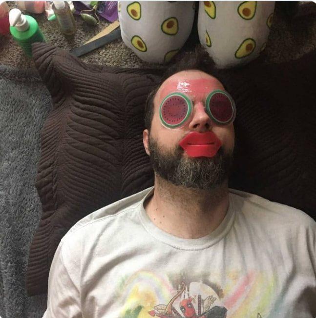 мужчина с маской на лице
