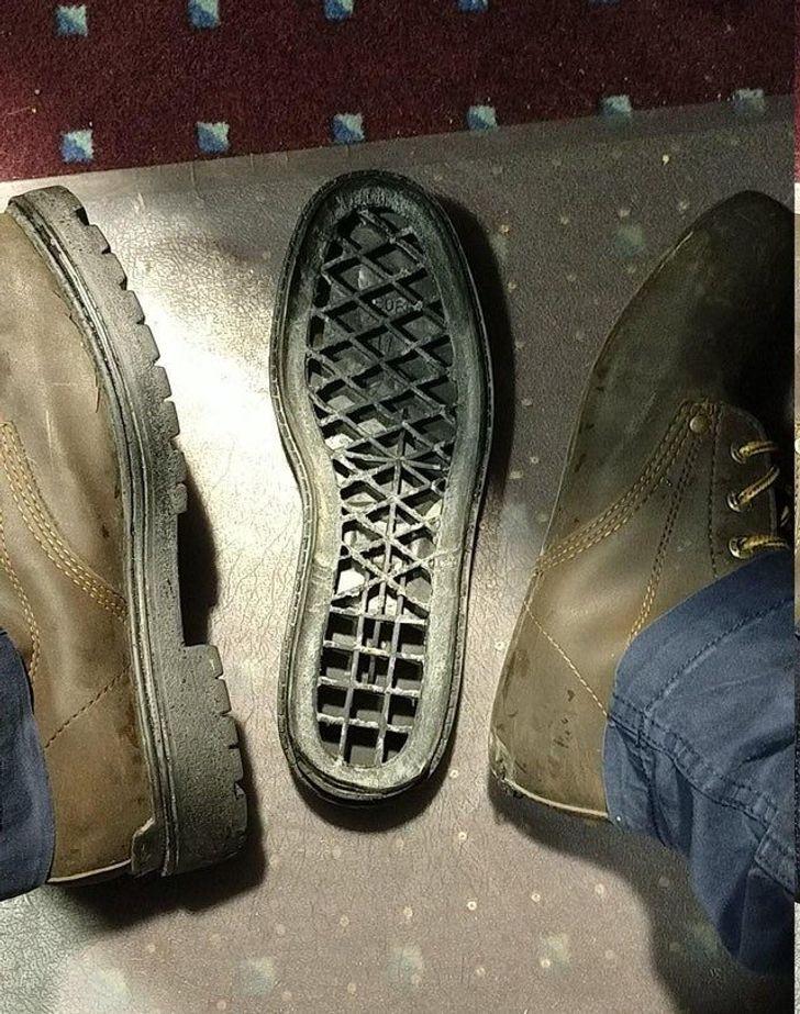 подошва отдельно от ботинка
