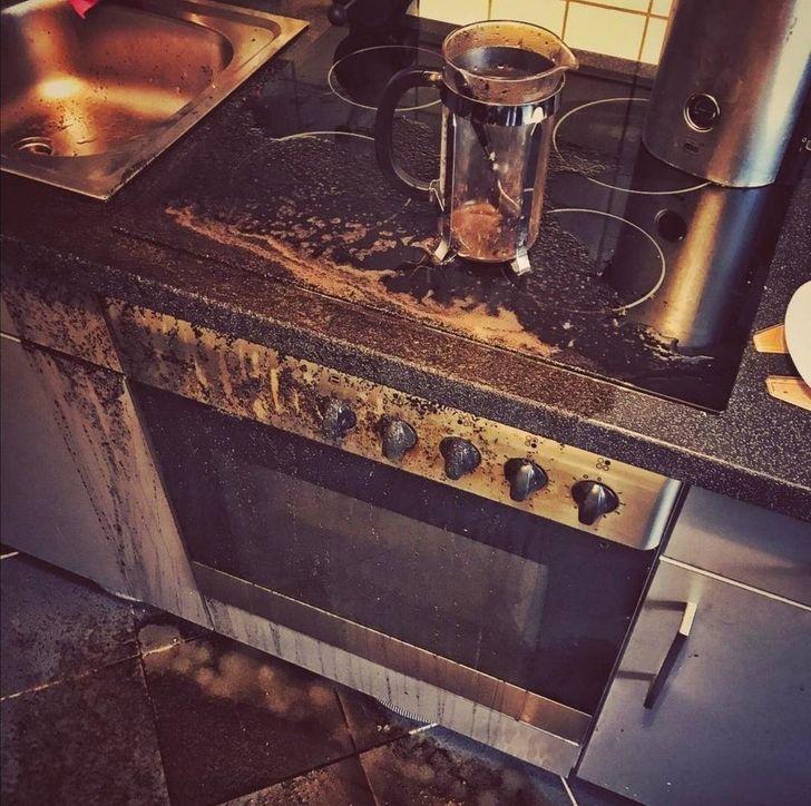 плита залита кофе