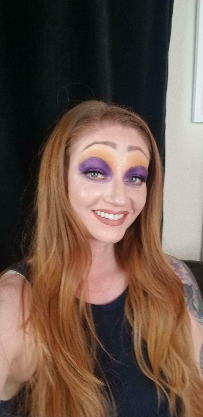 женщина с фиолетовыми тенями на глазах