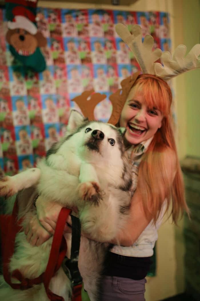 девушка держит в руках собаку