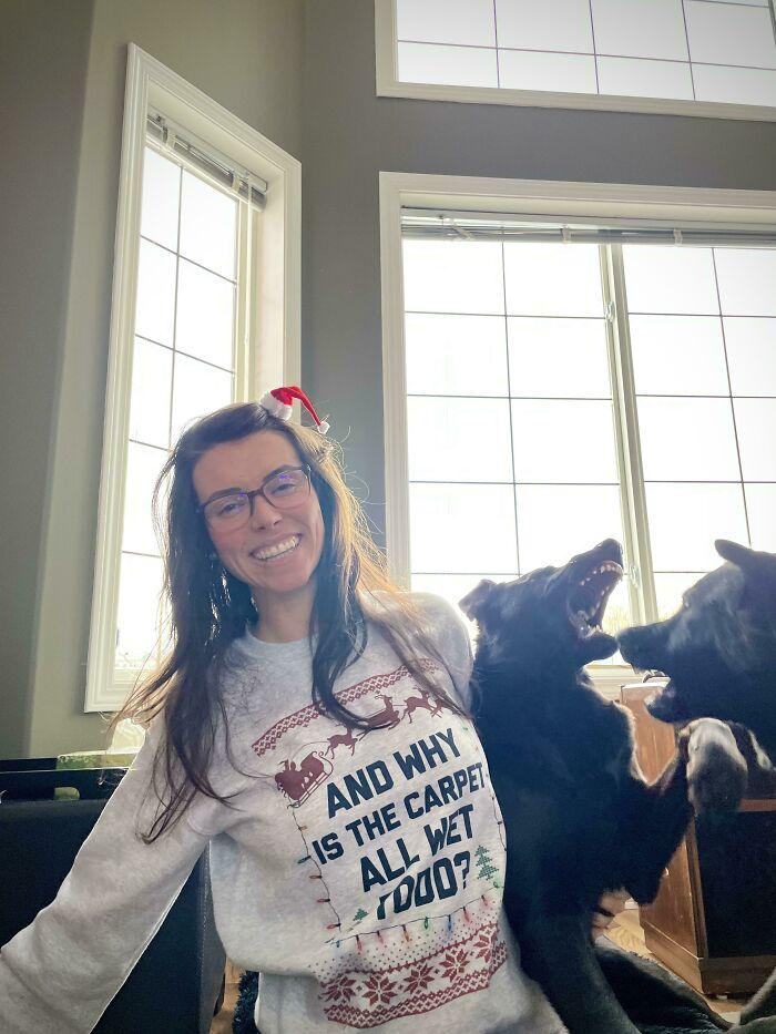 девушка в очках с двумя собаками