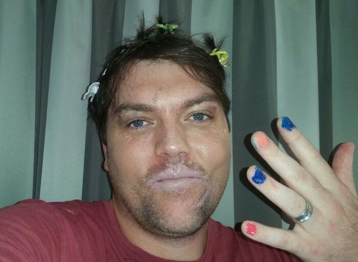 мужчина с накрашенными губами и ногтями
