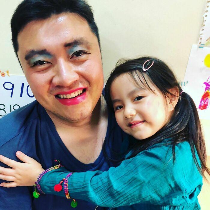 мужчина азиатской внешности с дочкой