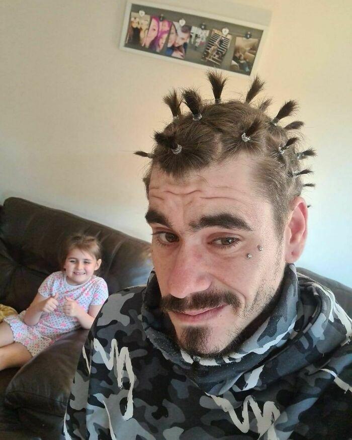 мужчина с хвостиками на голове