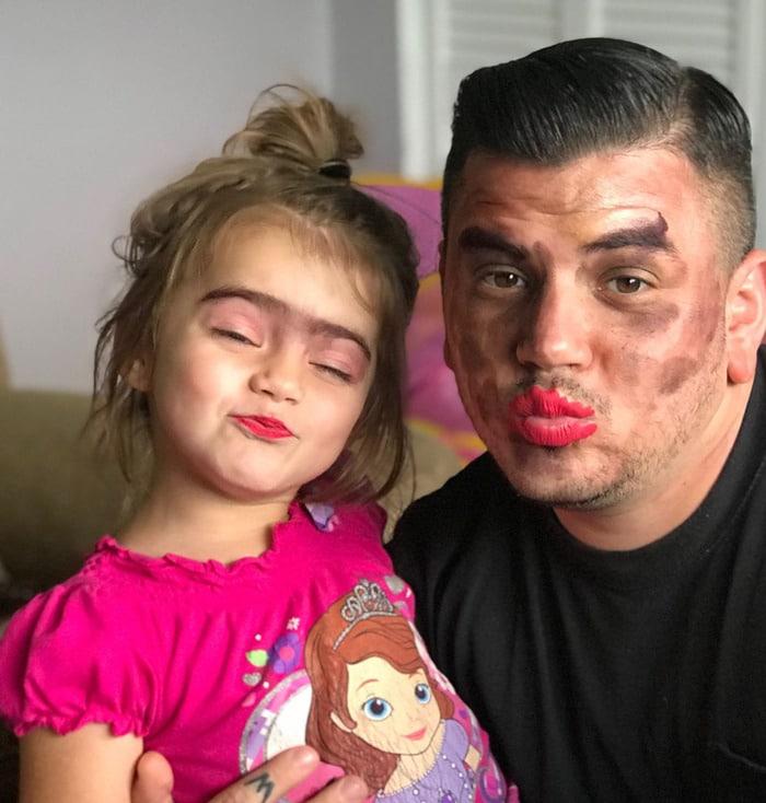 папа с дочкой с разукрашенными лицами