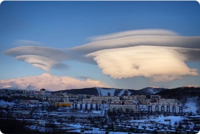 лентикулярные облака над городом