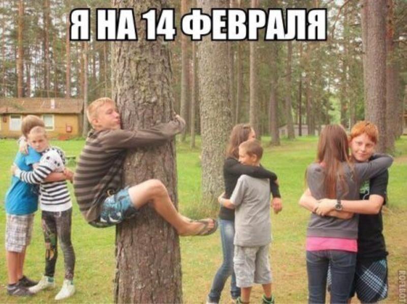 парень обнимает дерево в окружении парочек