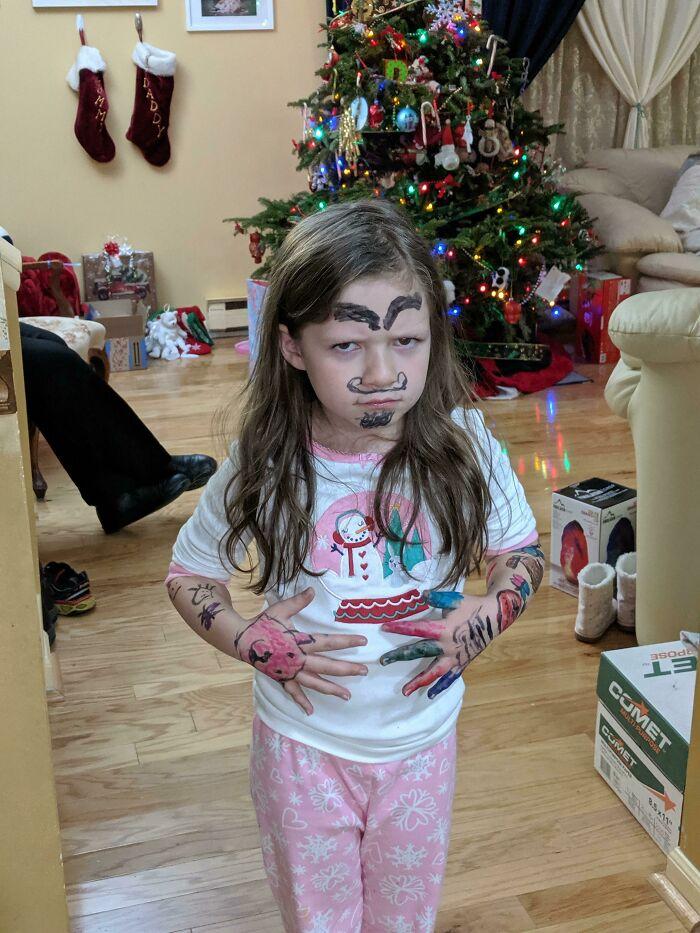 девочка разрисовала себя маркерами