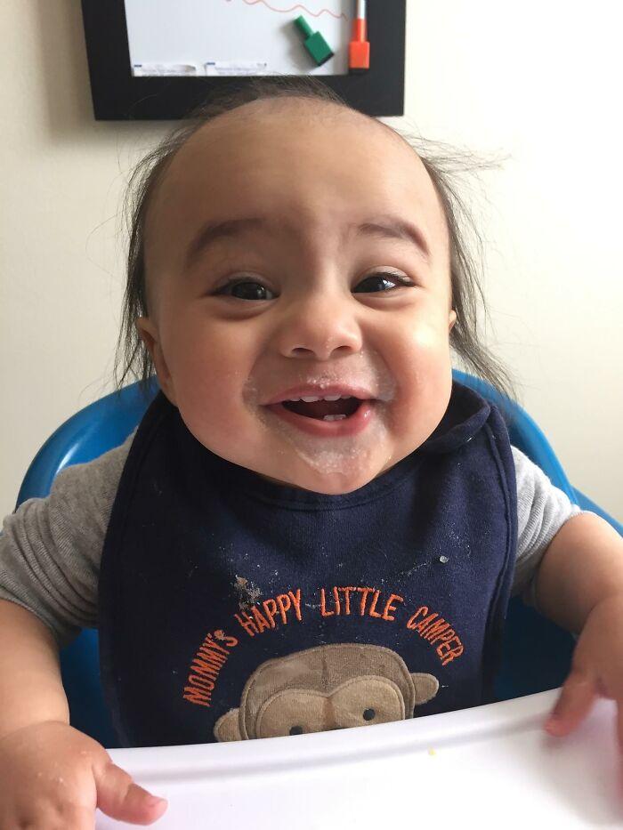 маленький мальчик улыбается