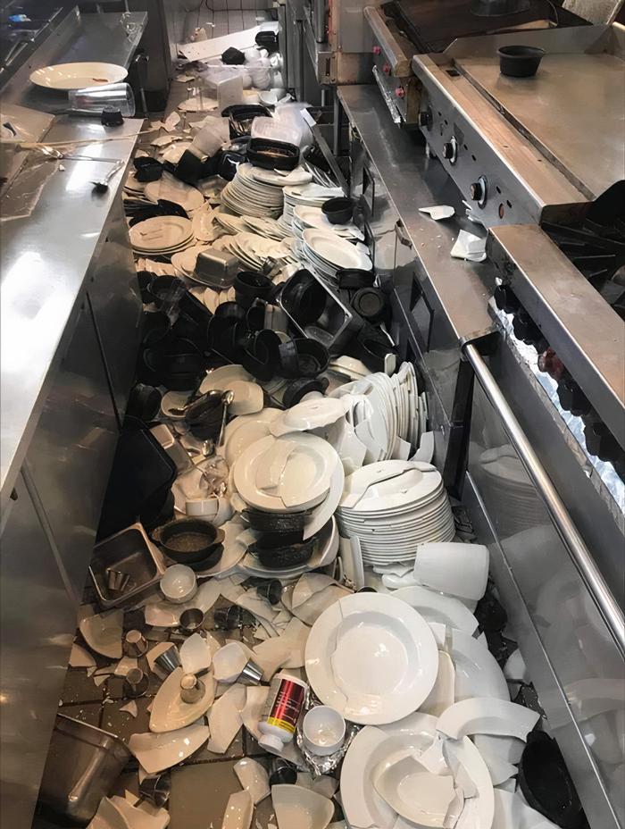 разбитая посуда на полу