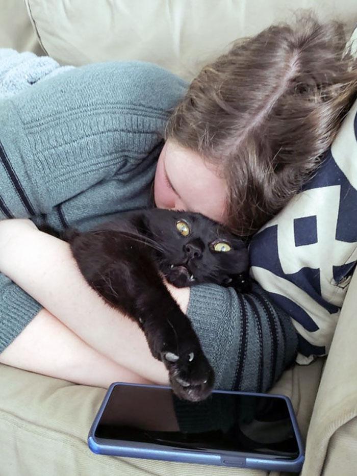 девушка спит в обнимку с черным котом