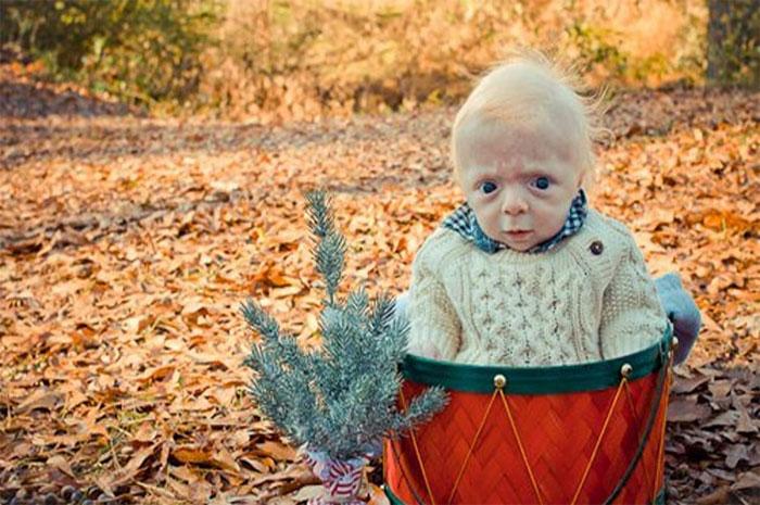 ребенок на фоне осенней листвы