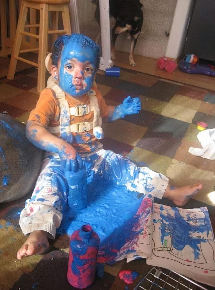 ребенок в синей краске на полу