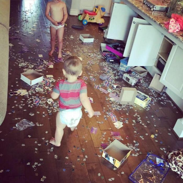 дети и пазлы на полу