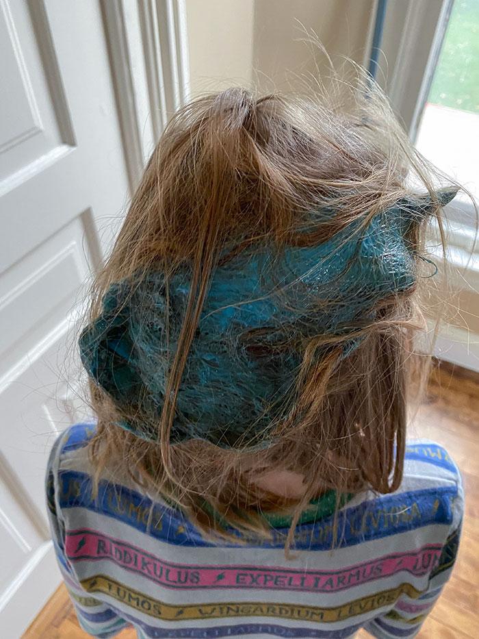 слайм в волосах девочки