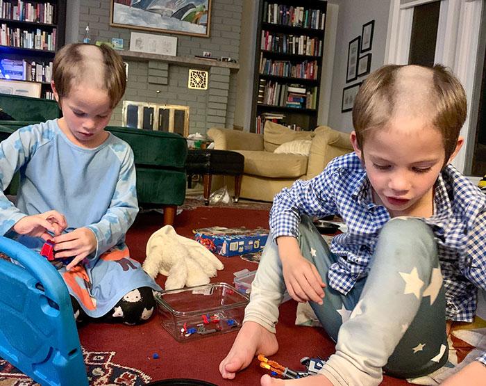 два мальчика играют на полу