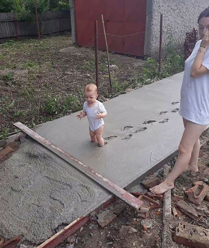 ребенок прошелся по свежему цементу