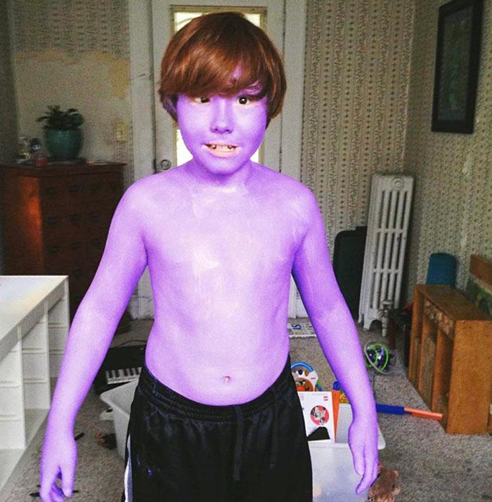 мальчик в фиолетовой краске