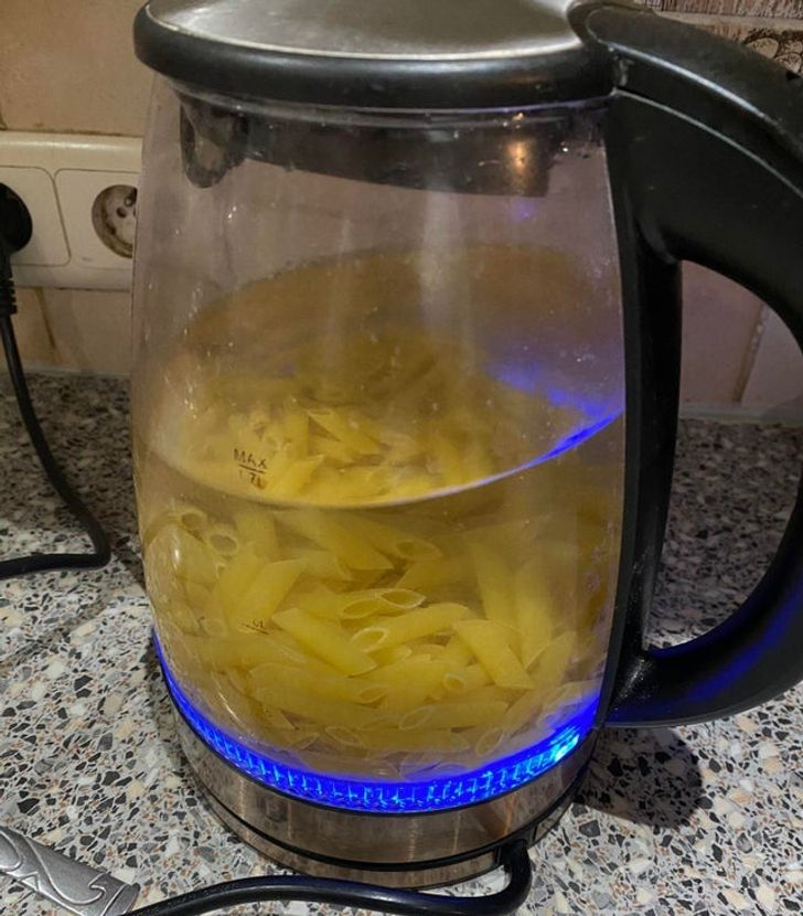 чайник с макаронами внутри