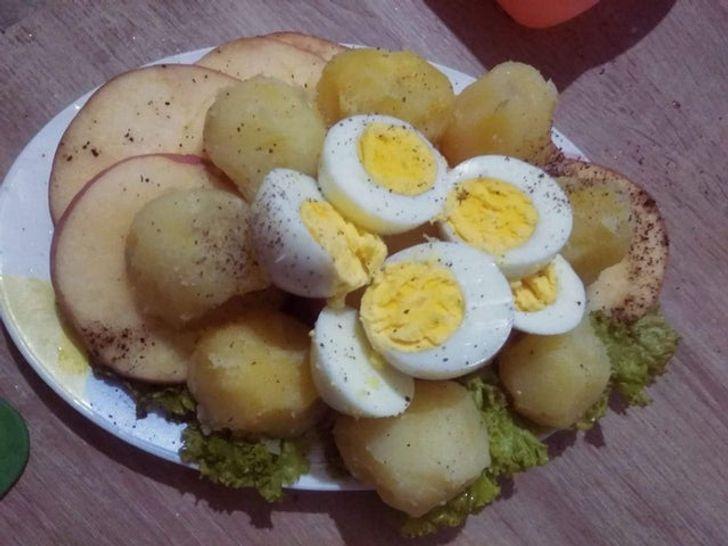 тарелка с картошкой и яйцами