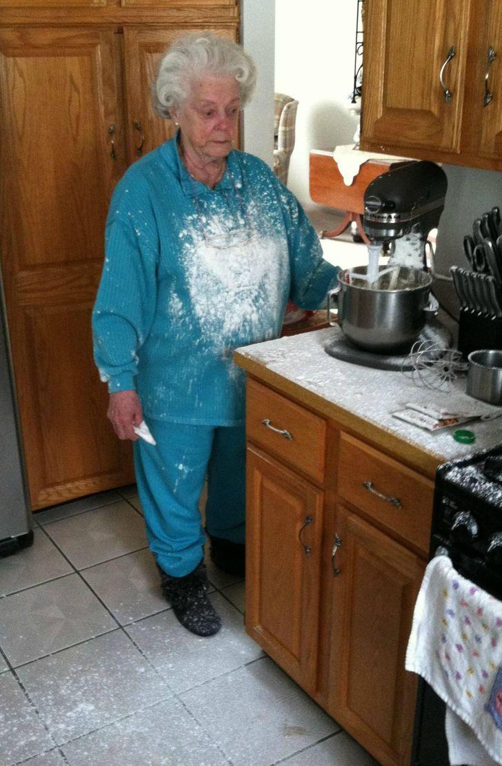 пожилая женщина в муке в кухне